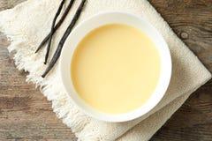 Bacia com o leite condensado servido na tabela, vista superior fotos de stock