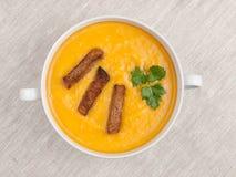 Bacia com opinião superior da sopa da abóbora Fotos de Stock Royalty Free