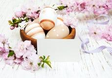 Bacia com ovos da páscoa Foto de Stock Royalty Free