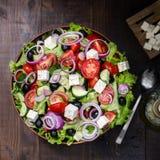 Bacia com salada grega, ainda vida fotos de stock royalty free