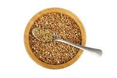 Bacia com trigo mourisco e colher com lentilha Imagens de Stock Royalty Free
