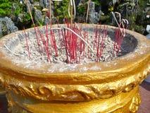 Bacia com varas do incenso Fotografia de Stock