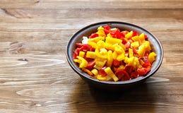 Bacia da argila com uma salada fresca Fotografia de Stock Royalty Free