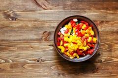 Bacia da argila com uma salada na tabela de madeira Foto de Stock