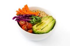 Bacia da Buda do vegetariano com os vegetais crus frescos e o quinoa isolados imagens de stock royalty free