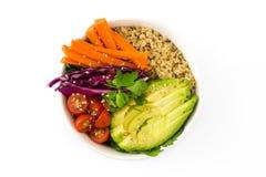 Bacia da Buda do vegetariano com os vegetais crus frescos e o quinoa isolados imagem de stock
