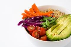 Bacia da Buda do vegetariano com os vegetais crus frescos e o quinoa isolados no fundo branco fotografia de stock