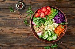 Bacia da Buda do vegetariano com quinoa e os legumes frescos Fotografia de Stock