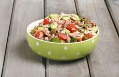 Bacia da salada vegetal na tabela de madeira Fotografia de Stock Royalty Free