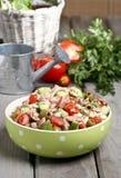 Bacia da salada vegetal na tabela de madeira Fotos de Stock Royalty Free
