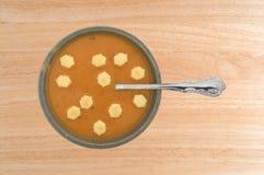 Bacia da sopa salmon do bisque com uma colher e os biscoitos Imagens de Stock Royalty Free