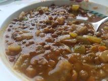 Bacia da sopa vegetal da lentilha foto de stock