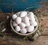 bacia de aço da Grande-dobra completamente de ovos de galinha frescos Foto de Stock Royalty Free