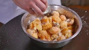 Bacia de abricós com açúcar, farinha e porcas vídeos de arquivo
