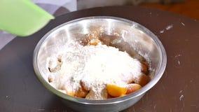 Bacia de abricós com açúcar, farinha e porcas filme
