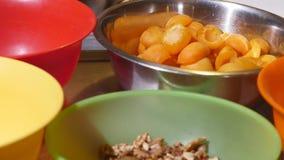 Bacia de abricós frescos na tabela de madeira - frutas e legumes filme