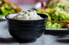 Bacia de arroz com os vegetais no fundo Imagem de Stock Royalty Free