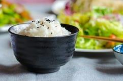Bacia de arroz com os vegetais no fundo um outro ângulo Fotos de Stock