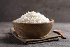 A bacia de arroz cozinhado saboroso serviu imagens de stock