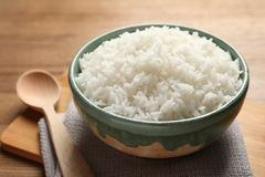 A bacia de arroz cozinhado saboroso serviu fotos de stock