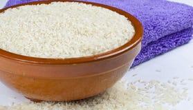Bacia de arroz e de toalha de cozinha fotos de stock royalty free