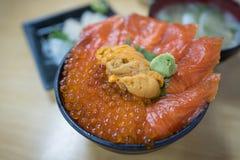 Bacia de arroz fresca dos salmões e do diabrete de mar foto de stock
