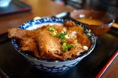 Bacia de arroz grelhada da carne de porco em Nagatoro imagens de stock