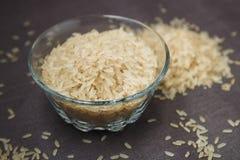 Bacia de arroz na superfície do cinza Fotografia de Stock