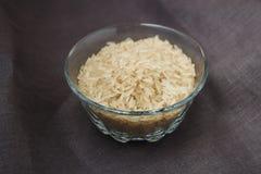 Bacia de arroz na superfície do cinza Fotos de Stock Royalty Free