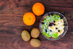 A bacia de batido da uva-do-monte cobriu com fatias do quivi e da banana fotos de stock royalty free