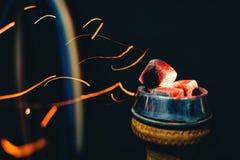 A bacia de cachimbo de água com carvões quentes e vermelho acende o voo para o cigarro e o fumo e feriado asiático tradicional imagens de stock