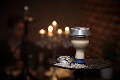 Bacia de cachimbo de água com cinza e close-up de carvões sobre fotos de stock