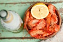 Bacia de camarão cozinhado com molho fotos de stock
