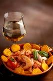Bacia de camarão e de vinho imagem de stock royalty free