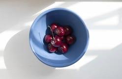 Bacia de cerejas Fotos de Stock