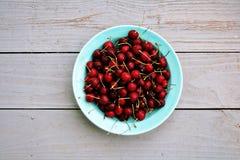 Bacia de cerejas frescas imagem de stock