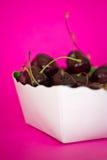 Bacia de cerejas pretas no fundo cor-de-rosa brilhante Fotos de Stock Royalty Free