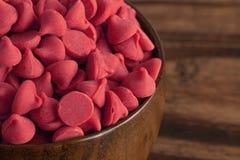 Bacia de Cherry Baking Chips vermelho gourmet foto de stock