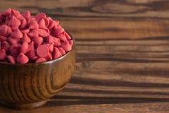 Bacia de Cherry Baking Chips vermelho gourmet imagens de stock