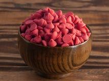 Bacia de Cherry Baking Chips vermelho gourmet fotografia de stock royalty free