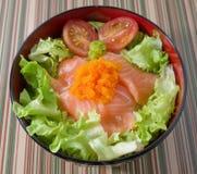 Bacia de cobertura do arroz branco com salmões Fotografia de Stock
