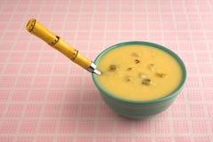 Bacia de creme da sopa do aipo com colher Imagem de Stock