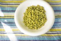 Bacia de ervilhas verdes imagem de stock royalty free