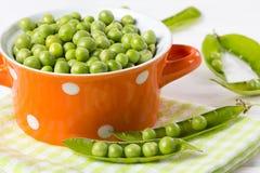 Bacia de ervilhas verdes frescas oh a tabela Foto de Stock Royalty Free