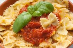 Bacia de farfalle do tomate Imagens de Stock