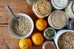 Bacia de farinha de aveia com laranjas e escala dos cereais fotografia de stock