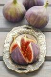 Bacia de figos na tabela de madeira Fotos de Stock Royalty Free