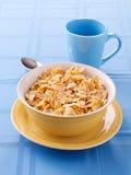 Bacia de flocos de milho crunchy para o pequeno almoço fotografia de stock