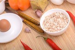 Bacia de flocos de milho e de pimenta vermelha Foto de Stock Royalty Free