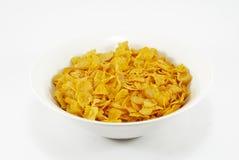 Bacia de flocos de milho no fundo branco Fotografia de Stock Royalty Free